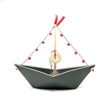 TREIS GRAMMES grey boat